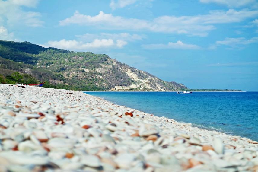 Hamparan bebatuan kerikil berwana-warni yang menjadi ciri khas Pantai Kolbano