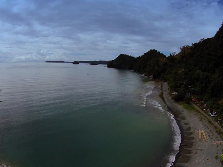 Hamparan kerikil di sepanjang pantai Desa Tablanusu yang tampak dari ketinggian