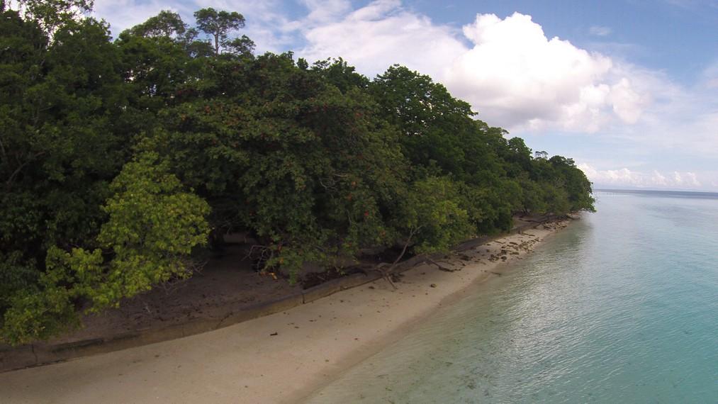 Hamparan pasir Pantai Liang yang memanjang dan begitu indah