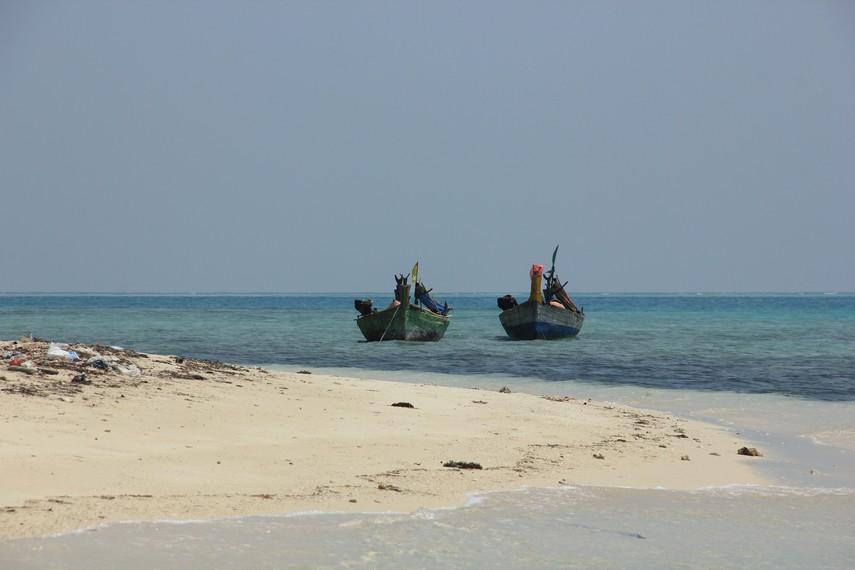 Perahu nelayan yang siap mengantarkan pengunjung ke Pulau Tikus