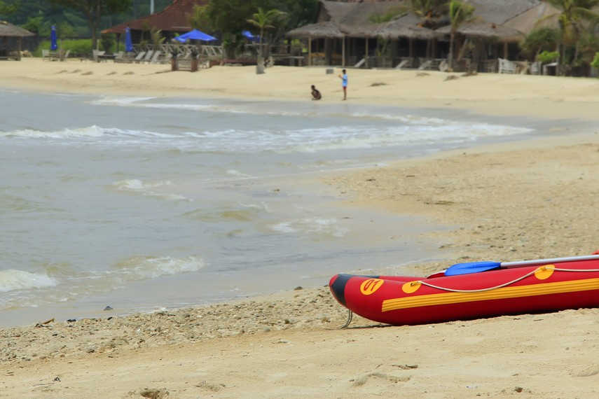 Hamparan pasir putih Pantai Bandengan