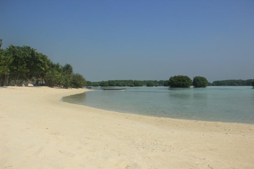 Hamparan pasir putih dan kesunyian pantai di Pantai Pasir Perawan yang dapat dinikmati pengunjung