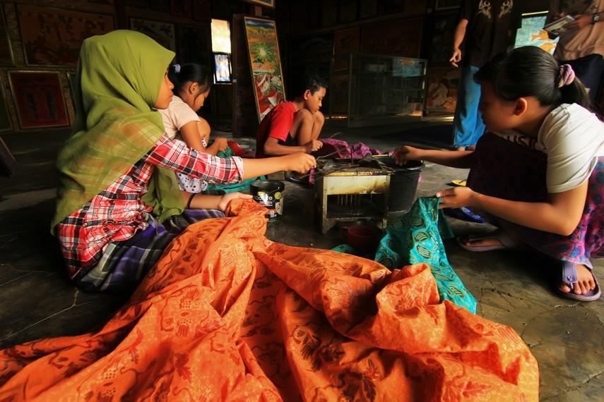 Hampir semua galeri seni di NTB menjadikan batik sasambo sebagai cendera mata khas yang dijual ke wisatawan