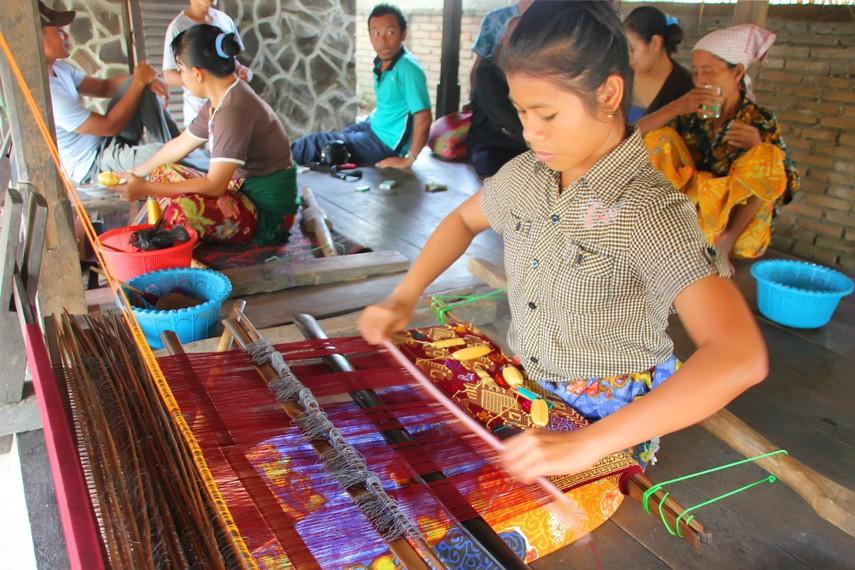 Hampir setiap hari wanita di Desa Sukarara membuat kain songket di teras rumah mereka