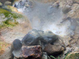 Hangatnya Semburan Air Panas di Pemandian Cipanas