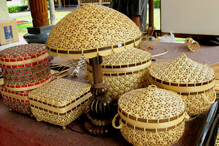 Harga anyaman bambu Sukabumi berkisar antara puluhan ribu hingga ratusan ribu rupiah, tergantung ukuran dan tingkat kesulitan