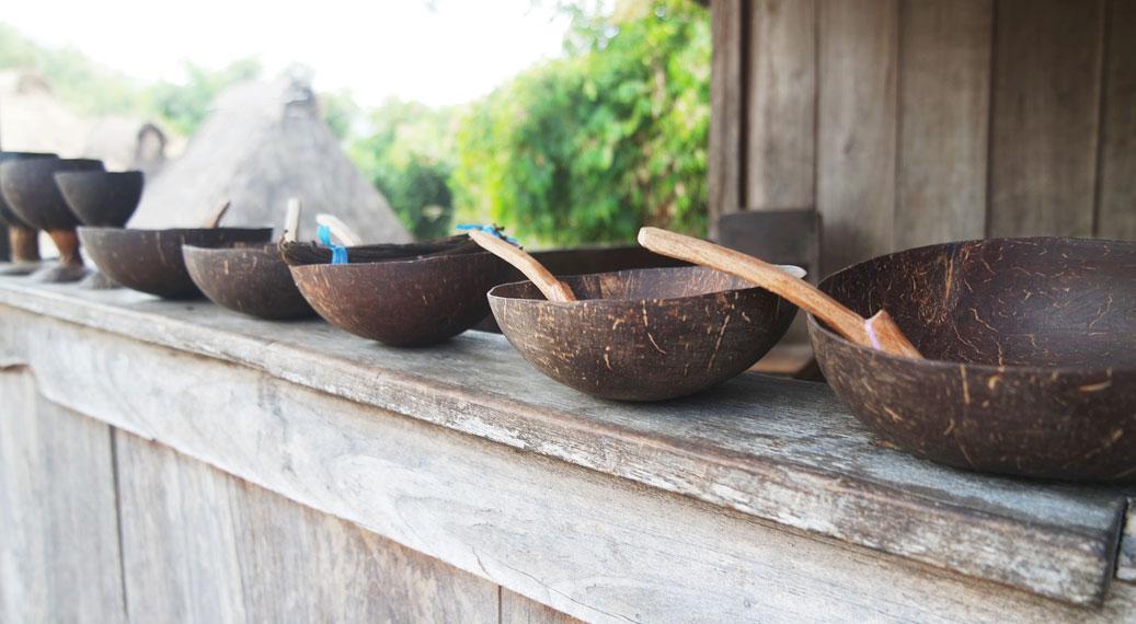 Hasil akhir kerajinan tangan dari batok kelapa khas Kampung Bena yang biasa diperjualbelikan