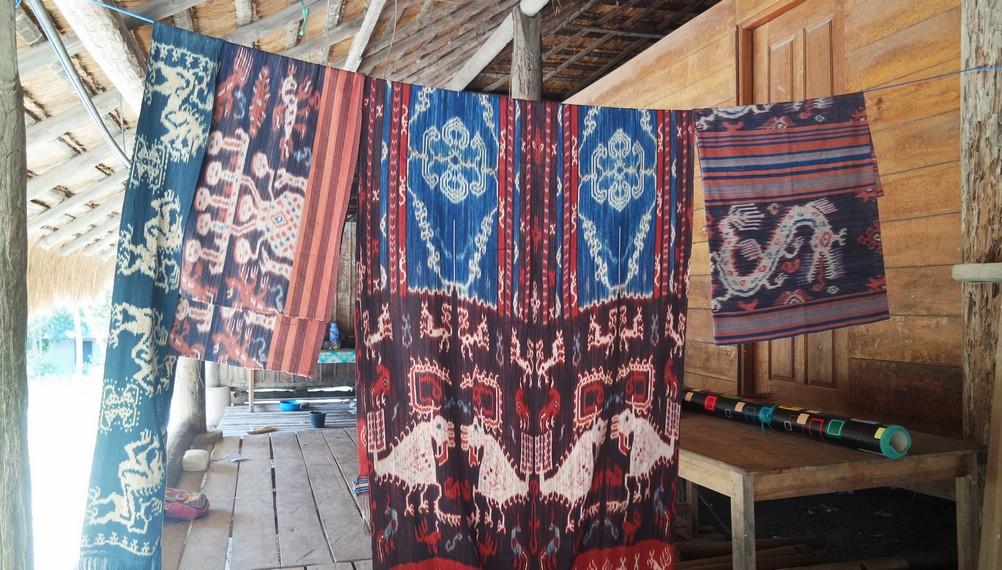 Hasil tenun ikat khas Sumba yang dihasilkan oleh Desa Adat Praiyawang