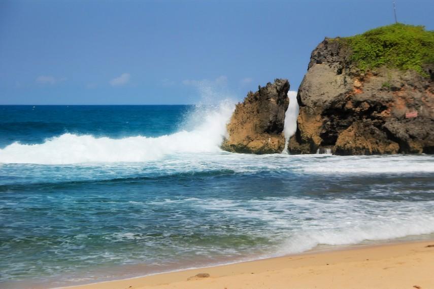 Hempasan ombak yang menyentuh batu karang di Pantai Kukup Yogyakarta