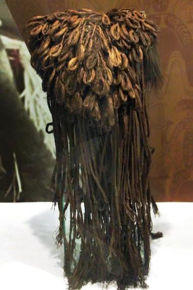 Hiasan kepala Suku Asmat yang terbuat dari daun sagu. Hiasan ini hanya digunakan saat diadakan upacara adat