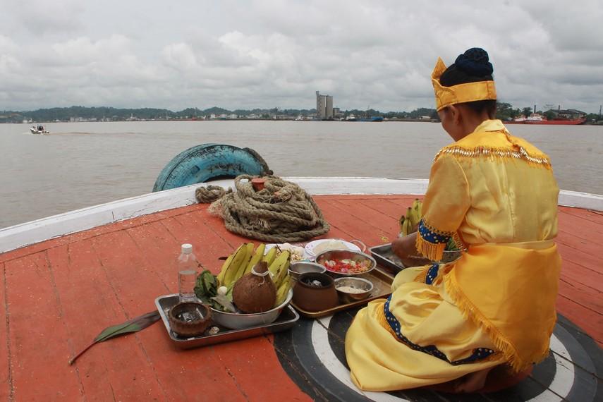 Selama perjalanan ke Kutai Lama perahu singgah di beberapa titik, dewa dan belian berkomunikasi dengan alam gaib