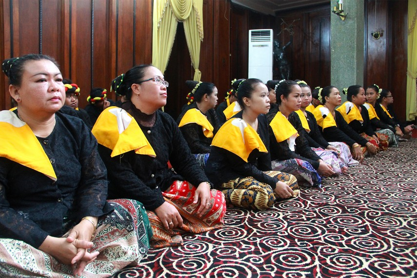 Menjelang upacara dimulai, pangkon laki dan pangkon bini duduk berjajar di sayap kanan serta kiri Ruang Stinggil