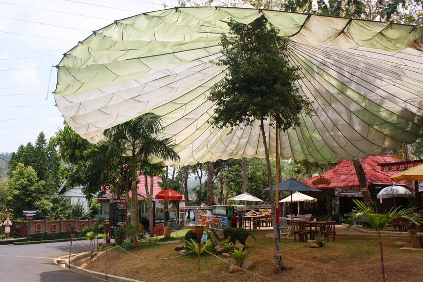 Area depan Bumi Kedaton Resort yang sangat asri dengan banyak pepohonan