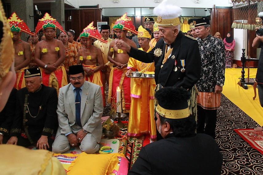 Sultan menaburkan beras kuning ke arah pembaringan tiang ayu sebelum direbahkan