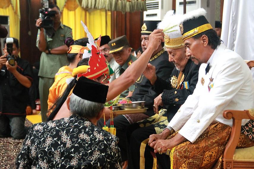 Ritual Tepong Tawar kepada Sultan, Putra Mahkota, kerabat Keraton dan tamu kehormatan
