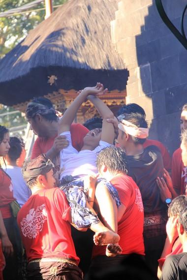 Salah satu peserta omed-omedan yang mengalami trance setelah ritual selesai