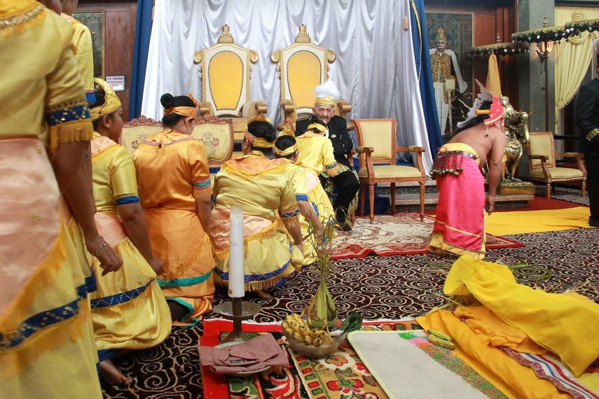 Segenap kerabat, dewa, belian, para pangkon dan tamu undangan memberikan selamat dan sembah hormat kepada Sultan atas terlaksananya Erau