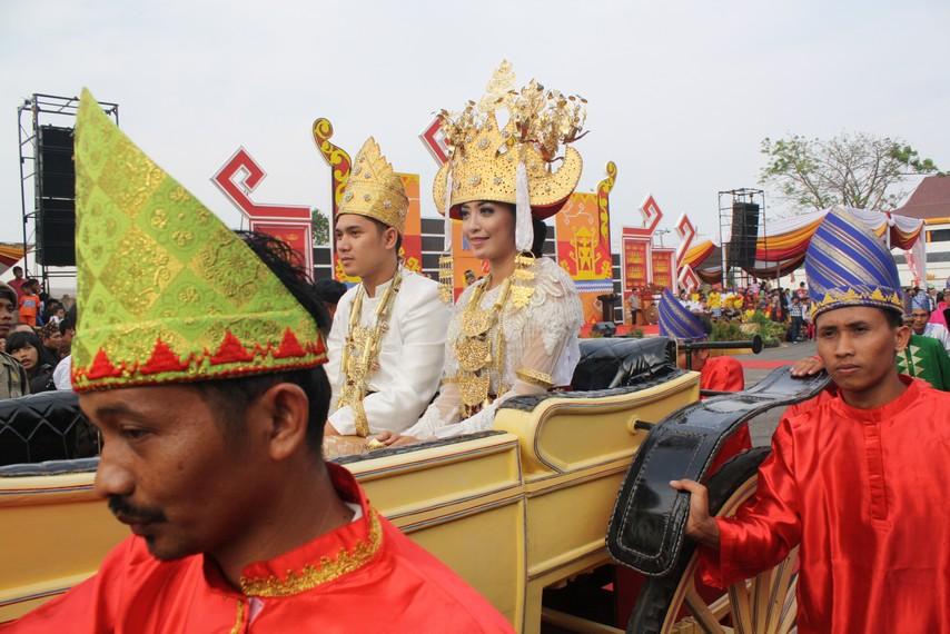 Rombongan pengantin khas Suku Pepadun yang tampil dalam Festival Krakatau beberapa waktu lalu