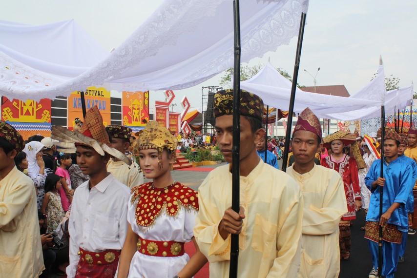 Iring-iringan rombongan berpakaian adat khas Suku Pepadun