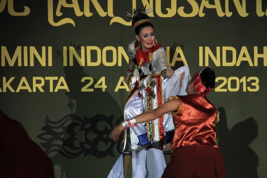 Tari Ronga Wekoila dipentaskan oleh 10 orang dengan mengenakan pakaian adat Sulawesi Tenggara