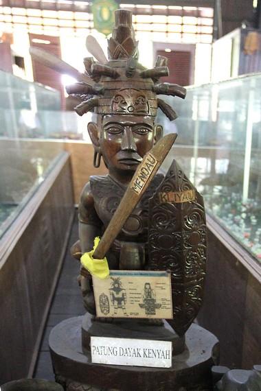 Patung kayu dari Dayak Kenyah yang merupakan salah satu koleksi museum Tuah Himba