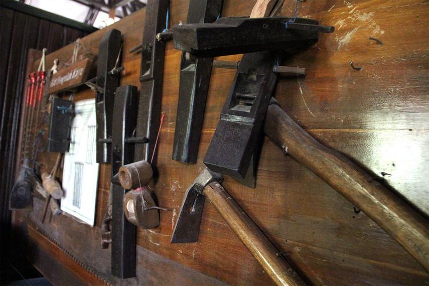 Tak ketinggalan beraneka jenis perkakas yang biasanya digunakan untuk mengolah kayu dalam industri
