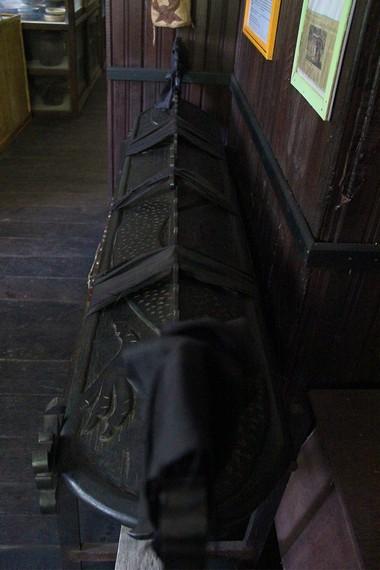 Salah satu koleksi di museum Tuah Himba adalah peti mati khas suku Dayak