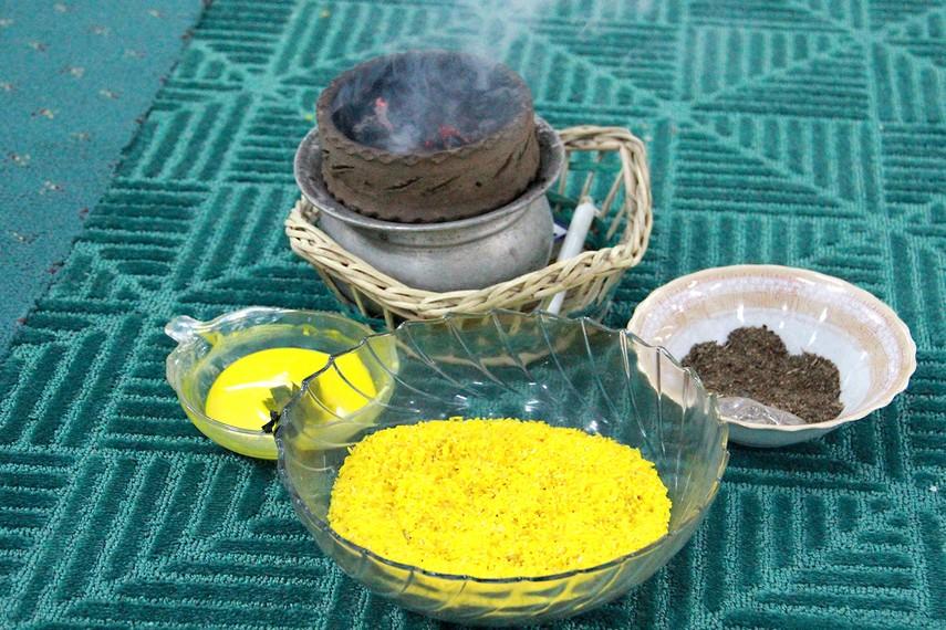 Selain 41 jenis hidangan, terdapat sejumlah kelengkapan ritual antara lain beras kuning, tepong tawar, dan arang membara
