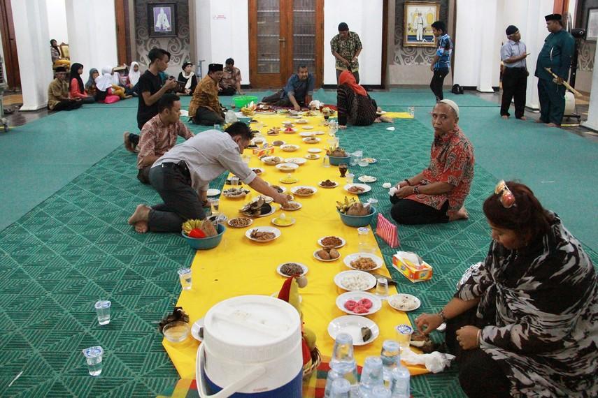 Setelah prosesi besawai dan tepong tawar dilakukan, hadirin bersama-sama menikmati hidangan yang disajikan