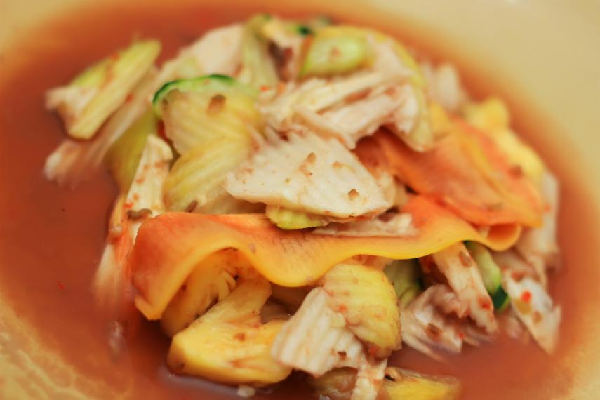 Irisan buah dengan kuah encer bumbu yang manis pedas membuat rujak Buleleng menjadi sajian mantap yang menggoyang lidah