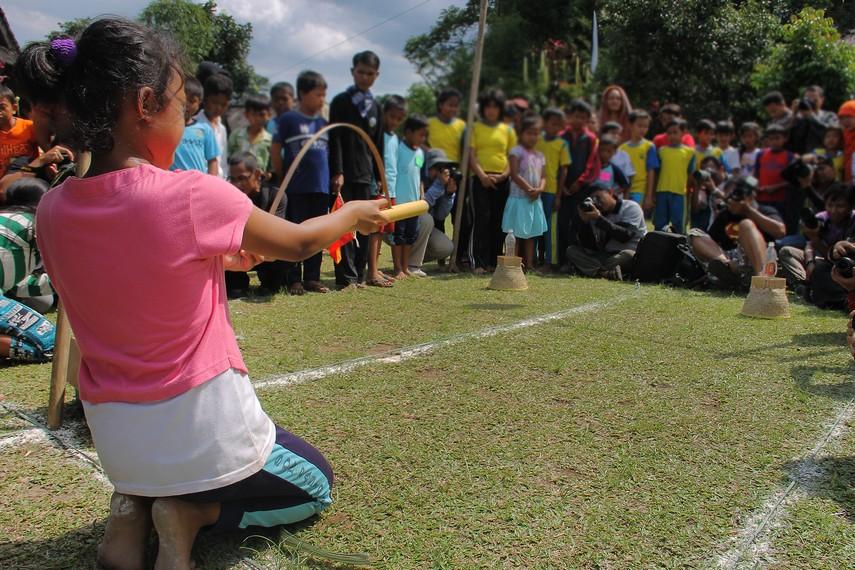Bedil Jepret dahulu dimainkan oleh anak-anak di ladang sambil menunggu orangtua mereka yang sedang bertani