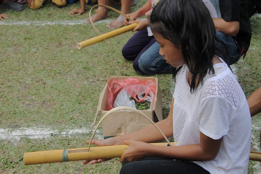 Bedil Jepret menggunakan lenca sebagai peluru, yaitu biji-bijian yang biasa digunakan sebagai lalapan oleh masyarakat Sunda
