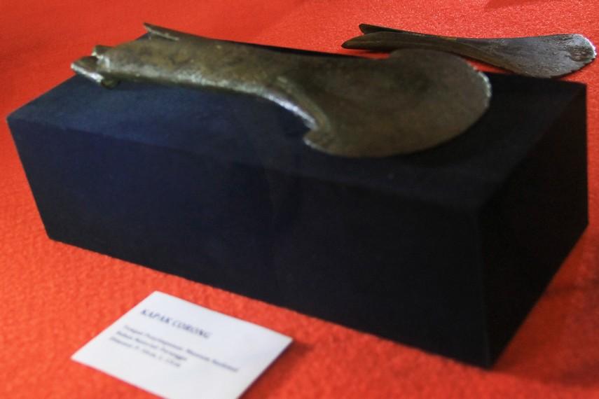 Kapak Corong merupakan benda peninggalan prasejarah dari zaman neolithikum