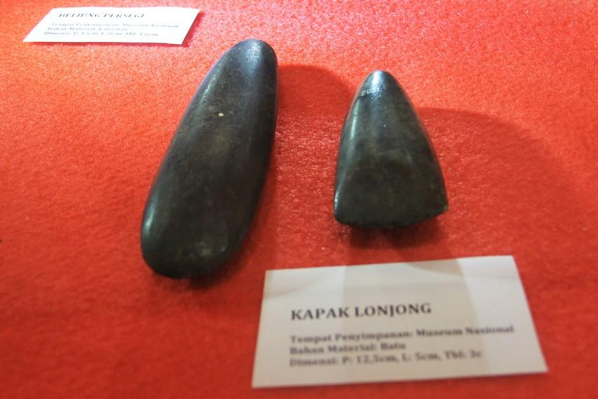 Kapak Lonjong merupakan kapak berbentuk lonjong yang meruncing di bagian pangkalnya dan melebar pada bagian tajamnya