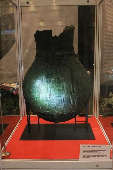 Bejana Perunggu merupakan benda peninggalan prasejarah yang hanya ditemukan di  Sumatera dan Madura