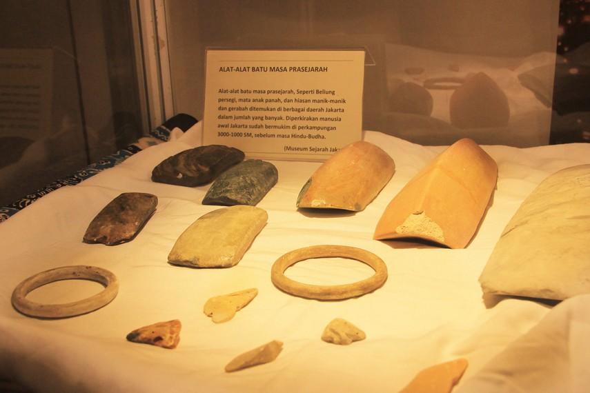 Berbagai peralatan yang terbuat dari batu peninggalan zaman prasejarah di Indonesia