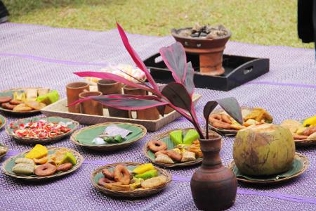 Sesajian berupa kue dan kembang tujuh rupa, kelapa ijo, pisang dan bakaran kemenyan dalam ritual Majikeun Pare