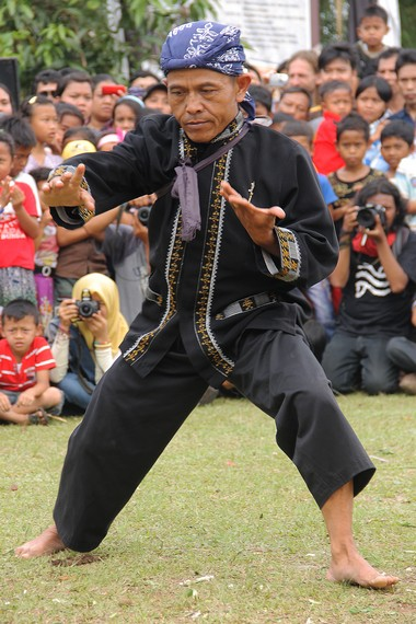 Peserta Rampag Parebut Seeng diharuskan memakai baju kampret, celana pangsi, dan penutup kepala yang disebut iket atau totopong