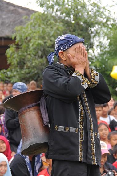 Seeng dalam bahasa sunda berarti tungku tradisional untuk memasak nasi, simbol dari kesejahteraan