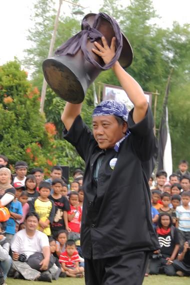 Orang yang berhasil memegang seeng atau tungku nasi dianggap sebagai pemenang dalam permainan ketangkatasan Rampag Parebut Seeng
