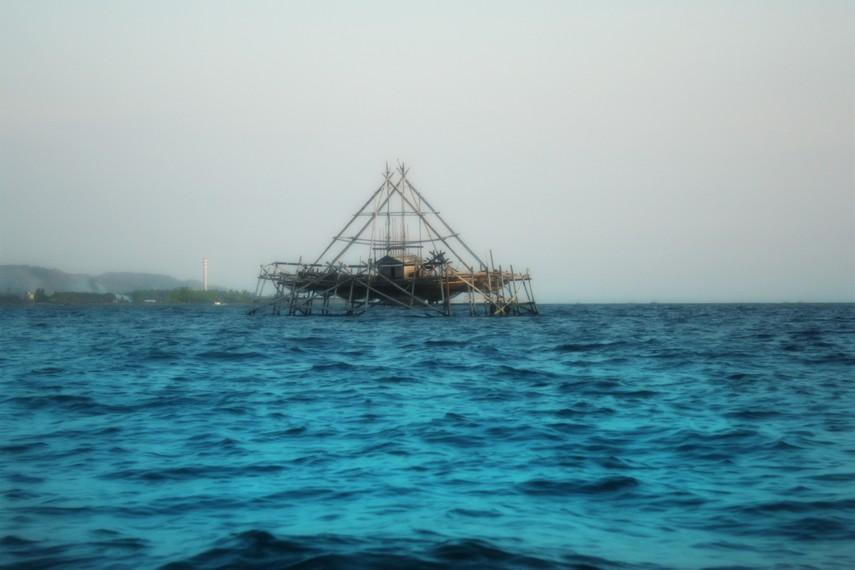 Keramba nelayan menjadi pemandangan menarik yang terlihat dalam perjalanan ke Pulau Condong