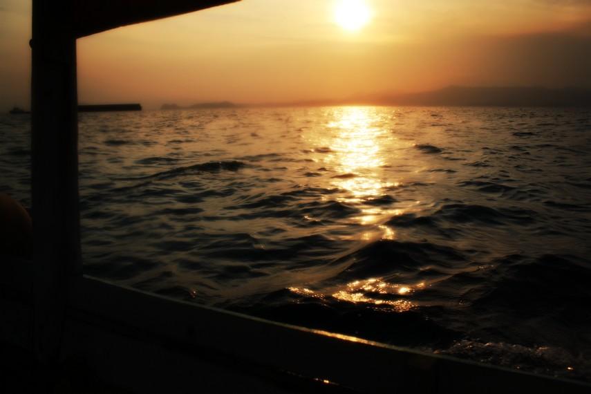 Menikmati suasana senja di tengah perjalanan menuju Pulau Condong