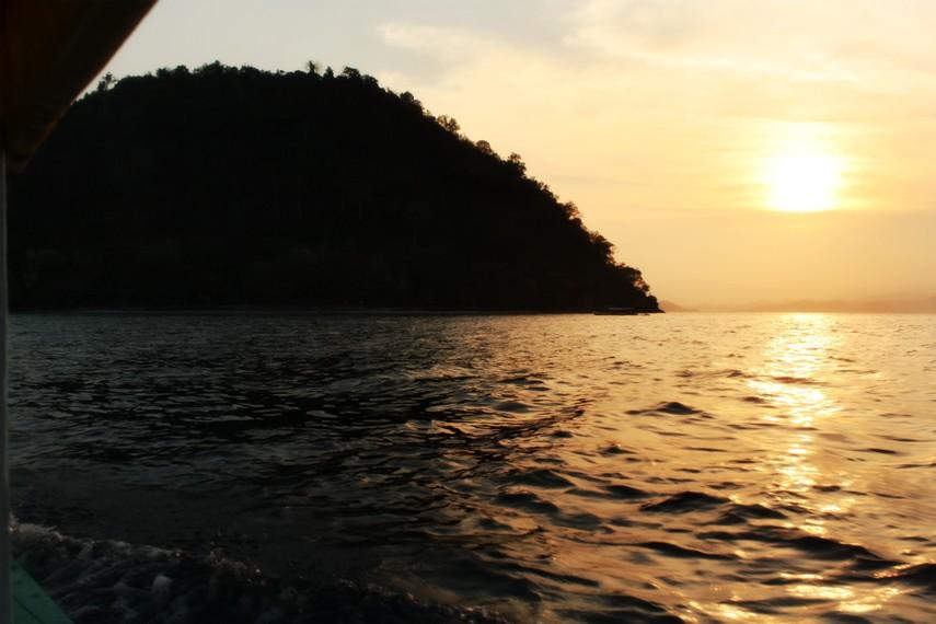 Pemandangan Pulau Condong di tengah langit sore yang jingga