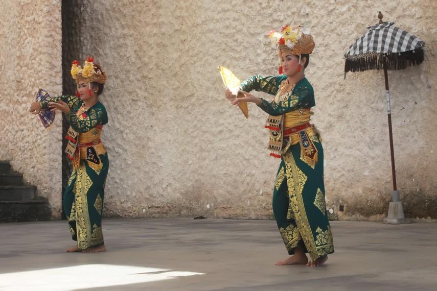 Dalam pertapaannya, Raja Sukawati melihat gadis khayangan menari dengan luwes diringi musik yang indah