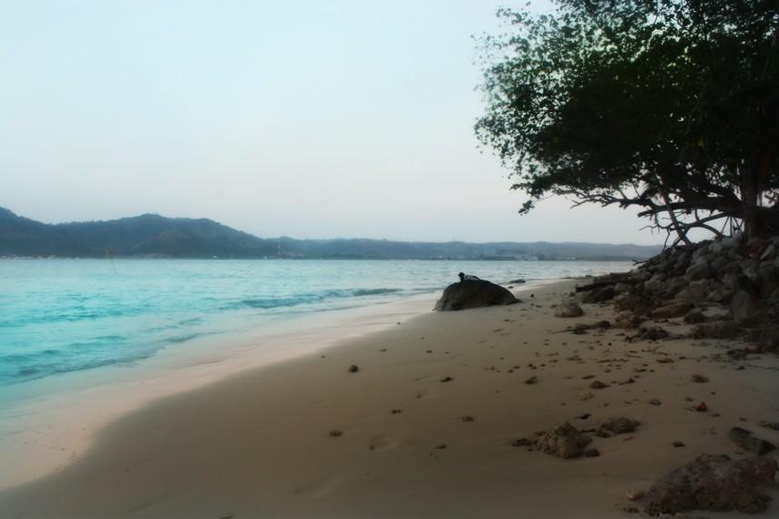 Suasana pantai yang sunyi, menjadikan pantai ini tempat yang cocok untuk beristirahat