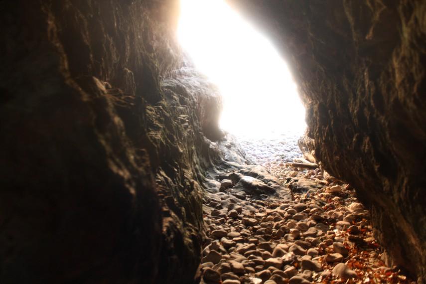 Terowongan alam yang terdapat di bagian Barat Pulau Condong