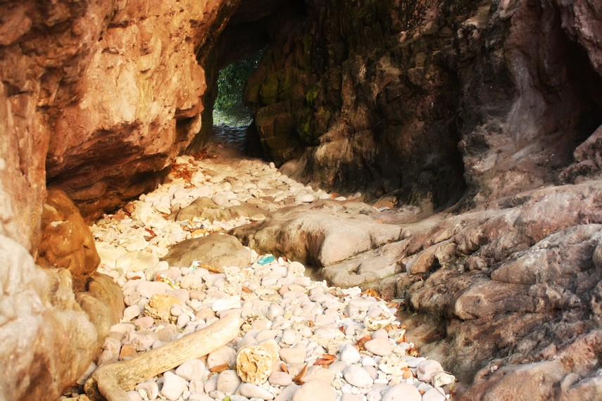 Terowongan alam Pulau Condong dilihat dari arah matahari tenggelam