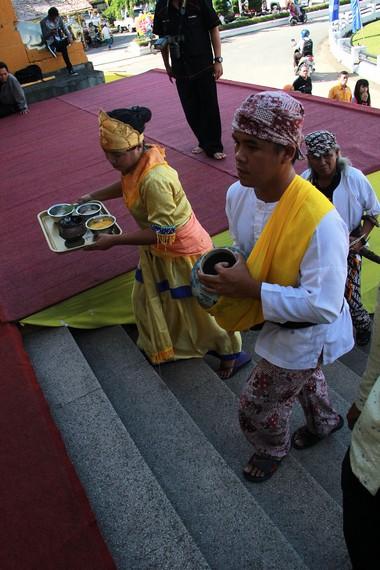 Air yang dibawa dari Kutai Lama dibawa dalam guci untuk dipergunakan dalam berbagai ritual pelaksanaan Erau