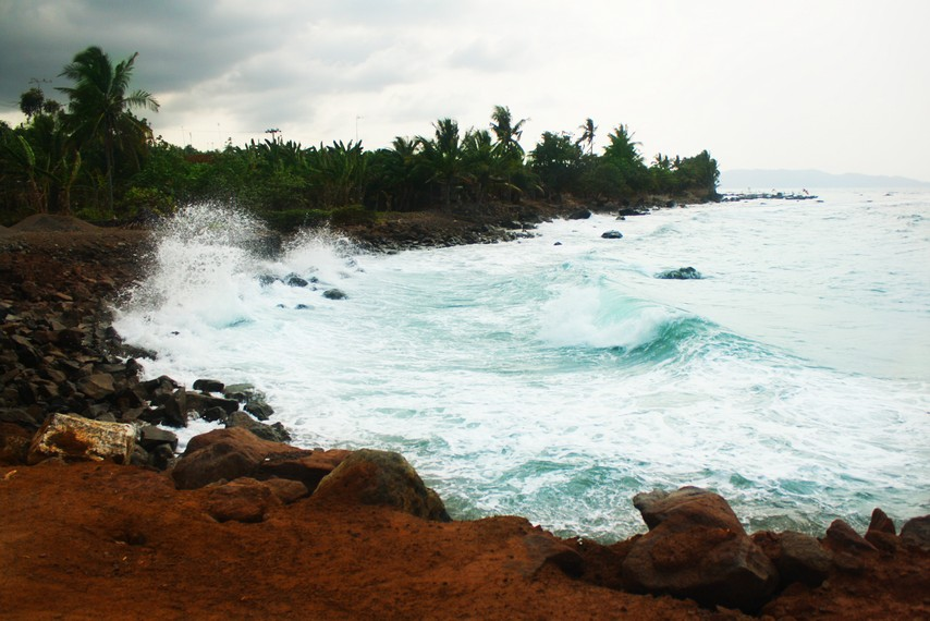 Deburan ombak di Pantai Wartawan yang terkenal keras di kawasan Pesisir Rajabasa