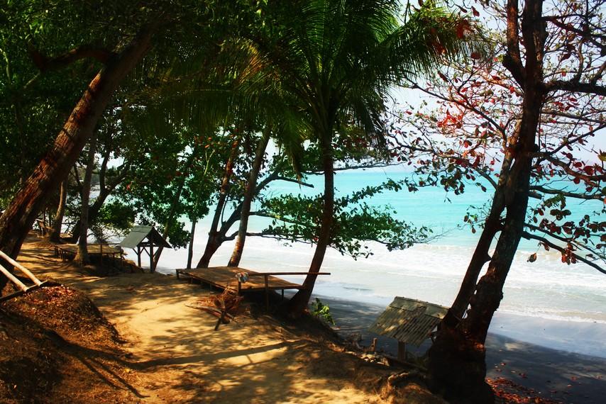 Objek-objek wisata pantai di kawasan Pesisir Rajabasa relatif lebih terjaga